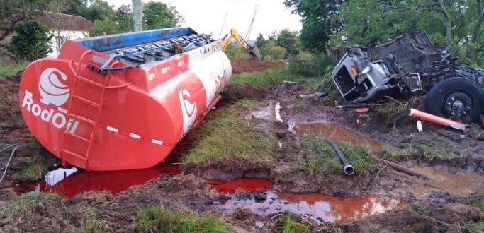 CAMINHÃO CARREGADO COM COMBUSTÍVEL TOMBA NA ERS 737, EM ARROIO DO PADRE