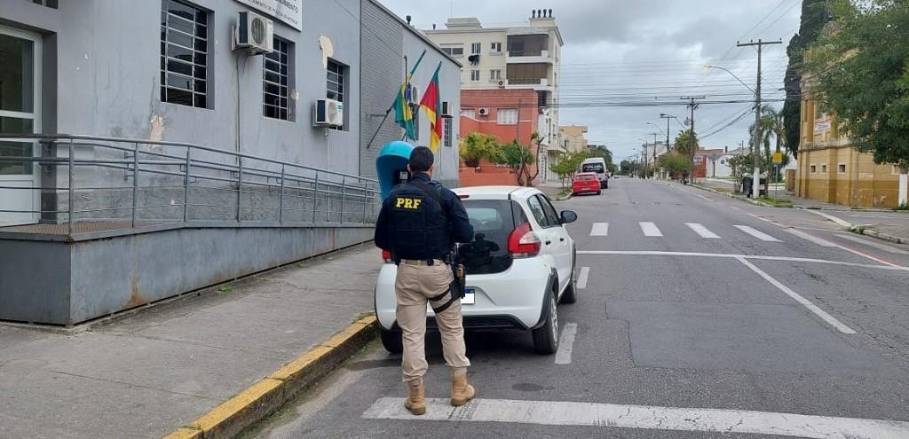 CARRO DE LOCADORA VENDIDO PELAS REDES SOCIAIS É RECUPERADO PELA PRF, EM PELOTAS