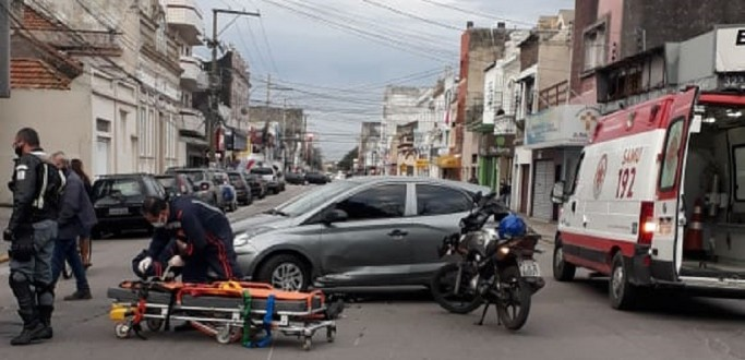 COLISÃO ENTRE MOTO E CARRO DEIXA HOMEM FERIDO NA 24 DE MAIO