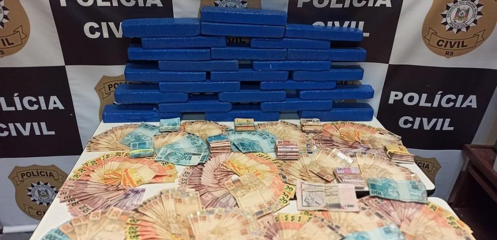 PC DE JAGUARÃO APREENDE R$ 25 MIL E 13 KG DE MACONHA