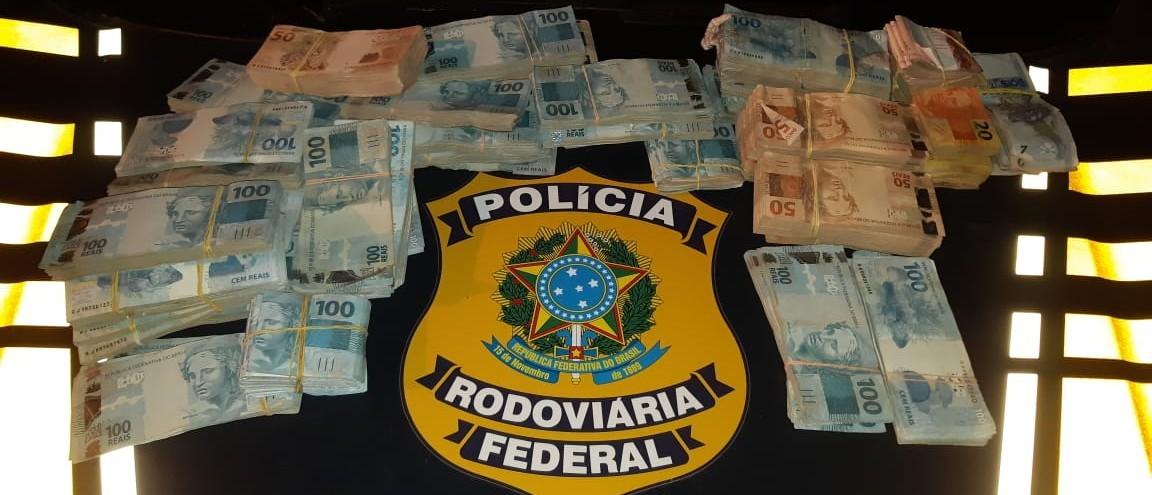 PRF APREENDE R$ 340 MIL COM CASAL, NA BR 116, EM PELOTAS
