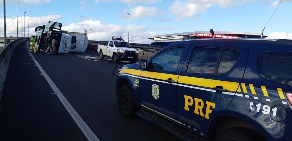 CAMINHÃO COM PLACAS DE RG SE ENVOLVE EM ACIDENTE NA BR 448, EM PORTO ALEGRE