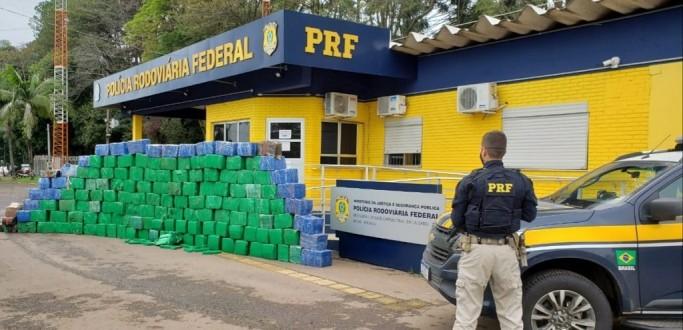 PRF REALIZA A MAIOR APREENSÃO DE DROGAS DO ANO: TRÊS TONELADAS DE MACONHA NA BR 386, EM LAJEADO