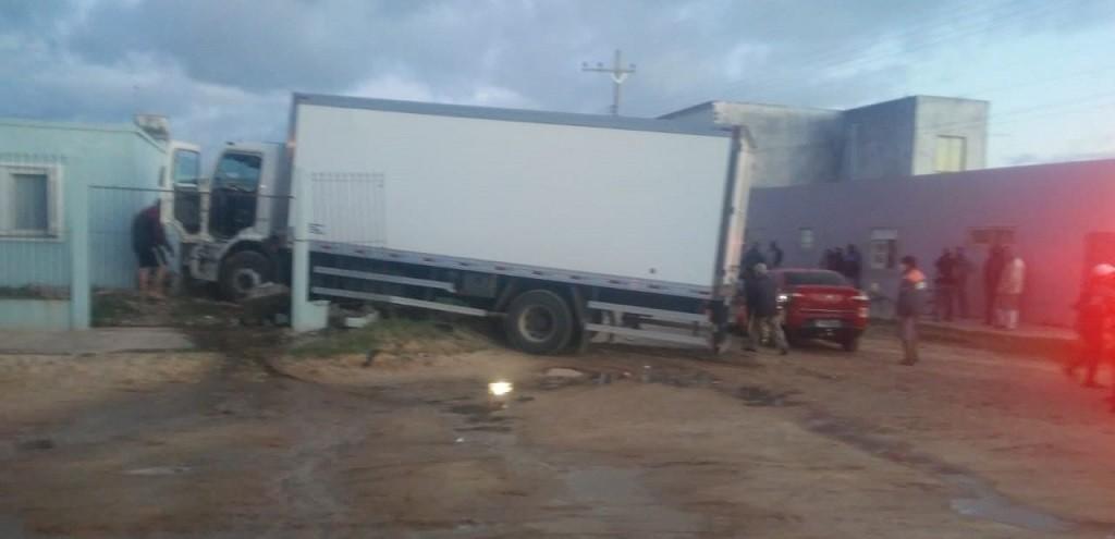 CAMINHÃO BATE EM MURO E QUASE ATINGE RESIDÊNCIA EM SJN