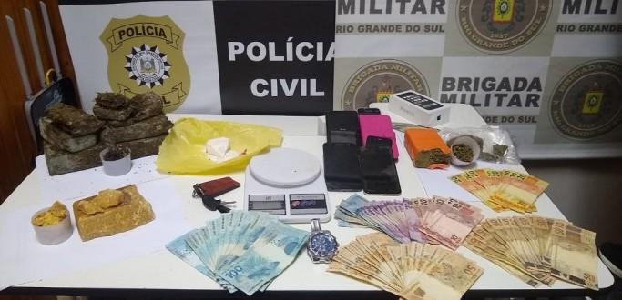 PC DE JAGUARÃO APREENDE DROGAS, MOTOCICLETA E MAIS DE R$ 3 MIL EM DINHEIRO