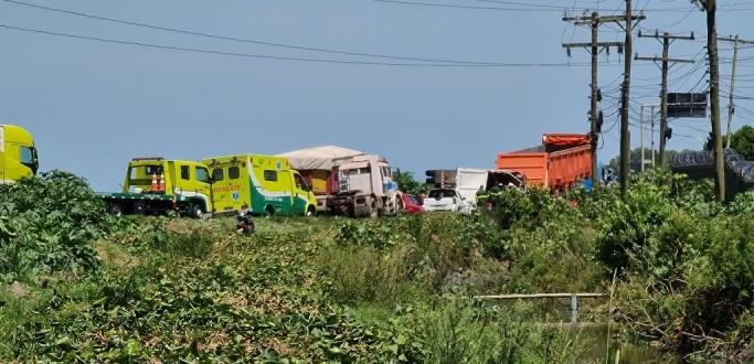 MOTORISTA FICA FERIDO EM TOMBAMENTO DE CAMINHÃO NA BR 392