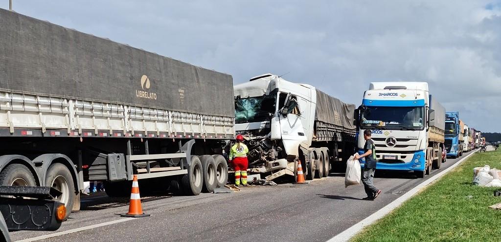 CAMINHONEIRO FICA FERIDO EM COLISÃO TRASEIRA NA BR 392
